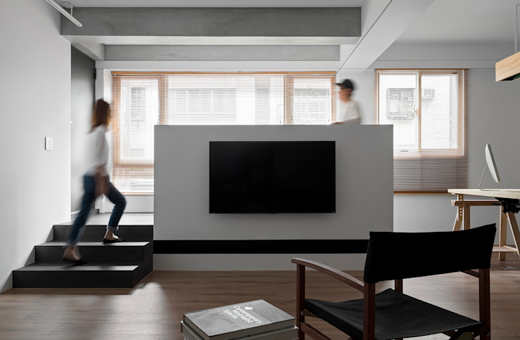 Ronn Residence 平面設計師的家 现代客厅設計點子、靈感 & 圖片 根據 Studio In2 深活生活設計 現代風 木頭 Wood effect