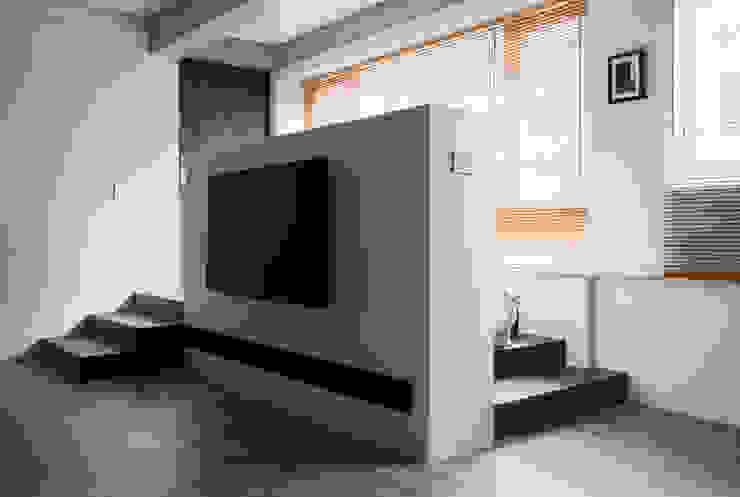 Ronn Residence 平面設計師的家 現代風玄關、走廊與階梯 根據 Studio In2 深活生活設計 現代風 木頭 Wood effect