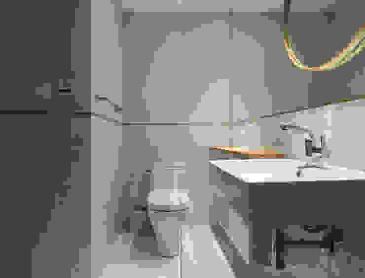 Ronn Residence 平面設計師的家 現代浴室設計點子、靈感&圖片 根據 Studio In2 深活生活設計 現代風 磁磚