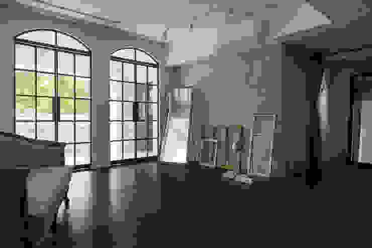 Paredes y pisos modernos de Studio In2 深活生活設計 Moderno Concreto