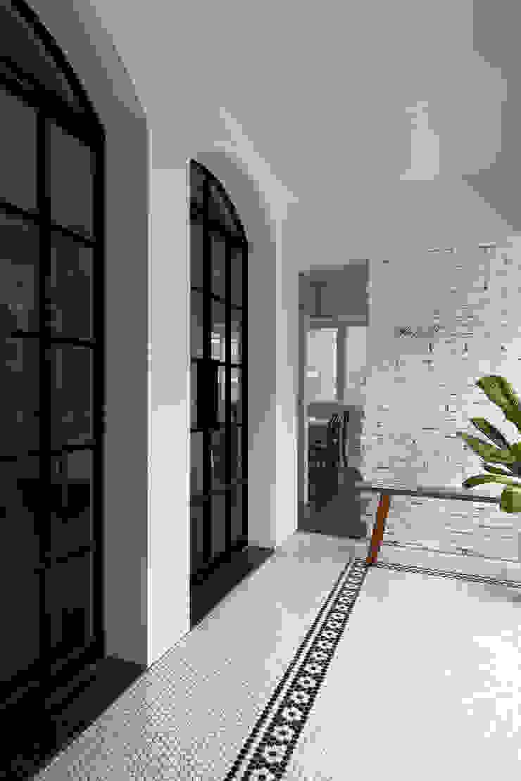 Balcones y terrazas modernos de Studio In2 深活生活設計 Moderno Azulejos
