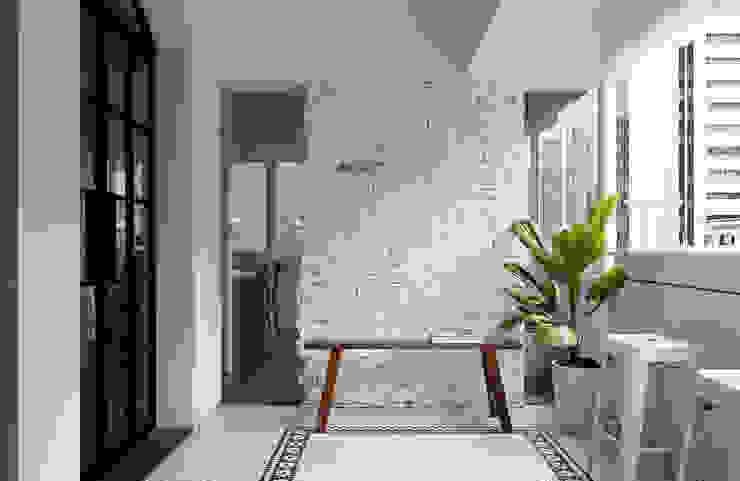 Balcones y terrazas modernos de Studio In2 深活生活設計 Moderno Ladrillos