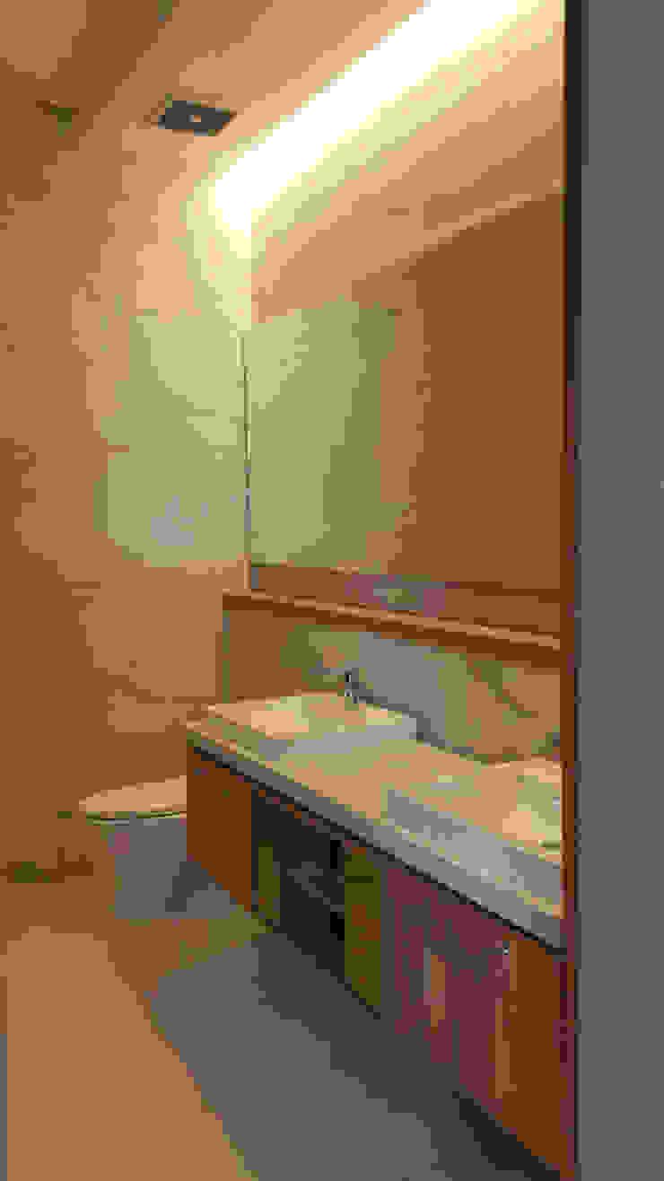 Vasa Lake House Tropical style bathrooms by SAE Studio (PT. Shiva Ardhyanesha Estetika) Tropical