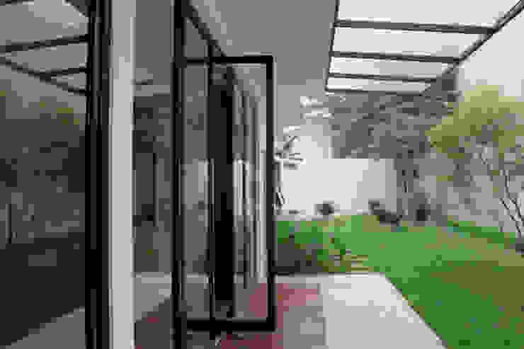 Vasa Lake House Tropical style garden by SAE Studio (PT. Shiva Ardhyanesha Estetika) Tropical