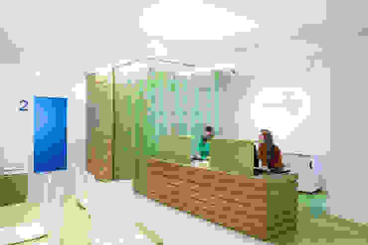 Banco accettazione Cliniche moderne di M2Bstudio Moderno