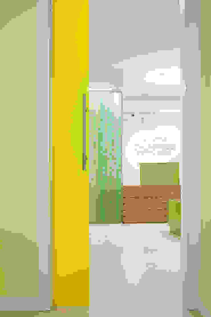 particolare su bancone d'accettazione e hall d'ingresso Cliniche moderne di M2Bstudio Moderno