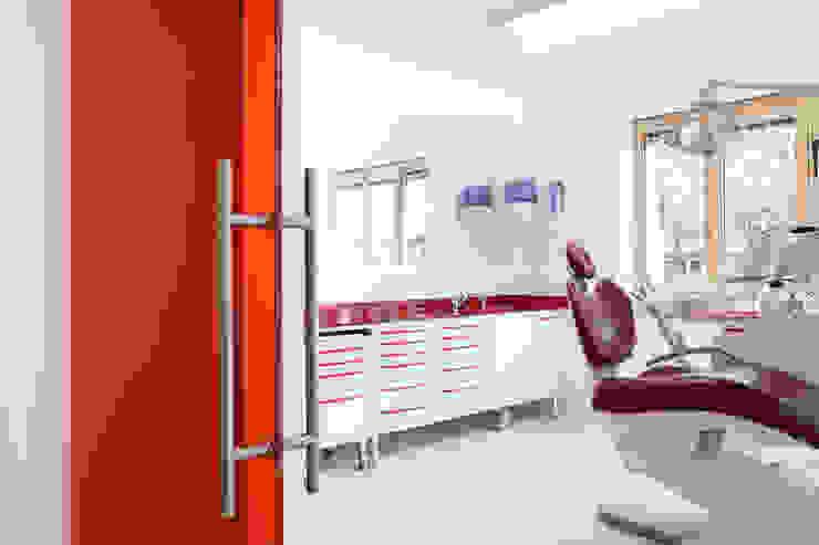 sala rossa Cliniche moderne di M2Bstudio Moderno