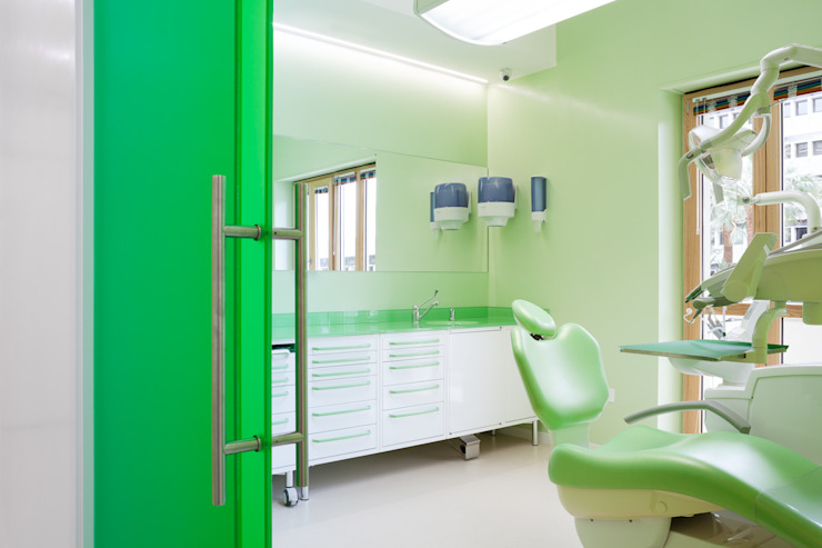 sala verde Cliniche moderne di M2Bstudio Moderno