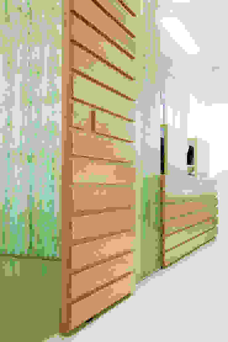 particolare bancone d'accesso e sala back office Cliniche moderne di M2Bstudio Moderno
