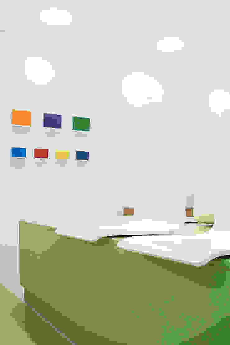 particolare sedie sala d'attesa Cliniche moderne di M2Bstudio Moderno