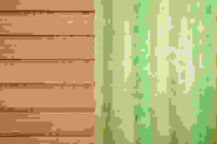 particolare materiale: scorrevole in legno e parete in vetro sala back office Cliniche moderne di M2Bstudio Moderno