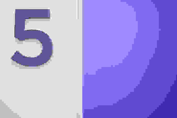 particolare porta e numero sala operatoria Cliniche moderne di M2Bstudio Moderno