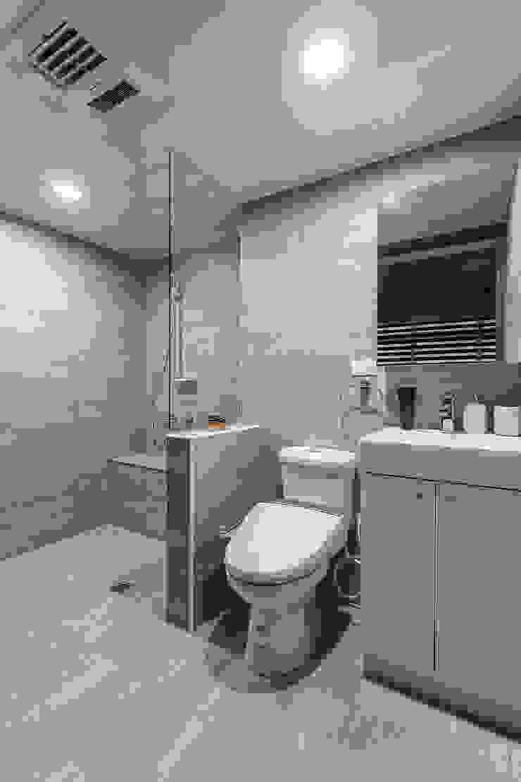 老有所依 現代浴室設計點子、靈感&圖片 根據 知域設計 現代風