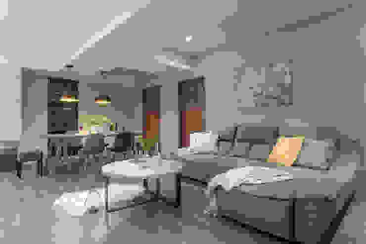 0.5+0.5>1 现代客厅設計點子、靈感 & 圖片 根據 知域設計 現代風