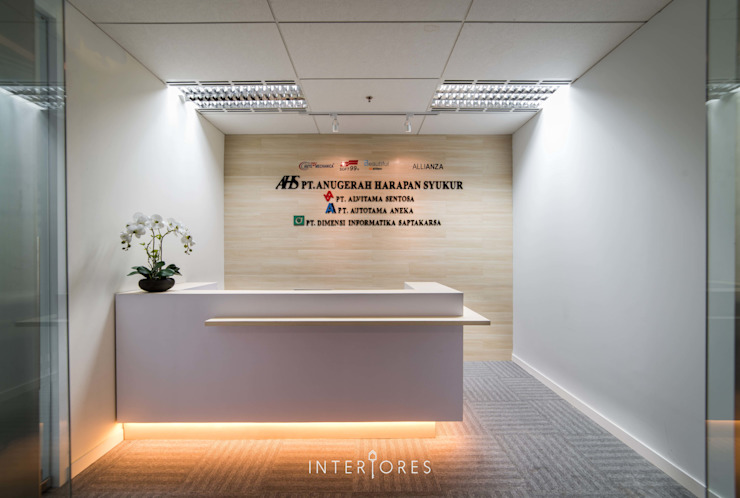 Reception Area Kantor & Toko Modern Oleh INTERIORES - Interior Consultant & Build Modern Kayu Lapis