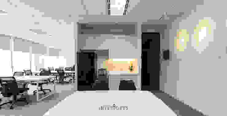 Pantry Kantor & Toko Modern Oleh INTERIORES - Interior Consultant & Build Modern Kayu Lapis