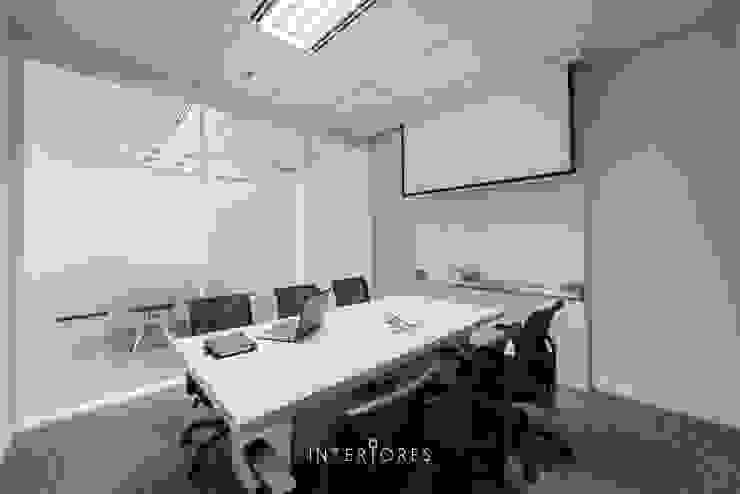 Ruang Meeting (Kecil) Kantor & Toko Modern Oleh INTERIORES - Interior Consultant & Build Modern Kayu Lapis