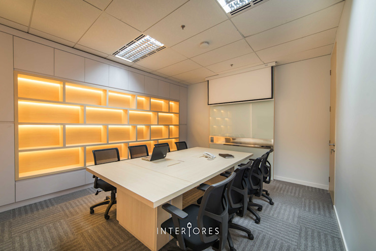 Ruang Meeting (Besar) Kantor & Toko Modern Oleh INTERIORES - Interior Consultant & Build Modern Kayu Lapis