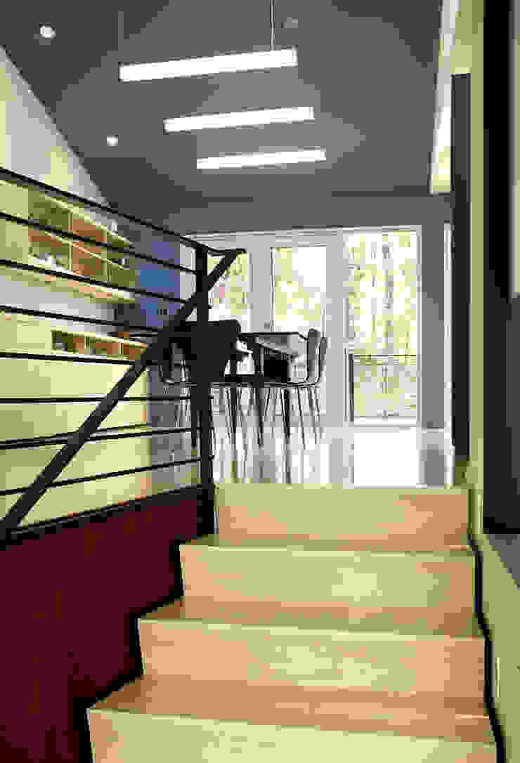現代風玄關、走廊與階梯 根據 KUBE Architecture 現代風