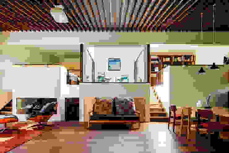 Salas / recibidores de estilo  por 株式会社建築工房DADA
