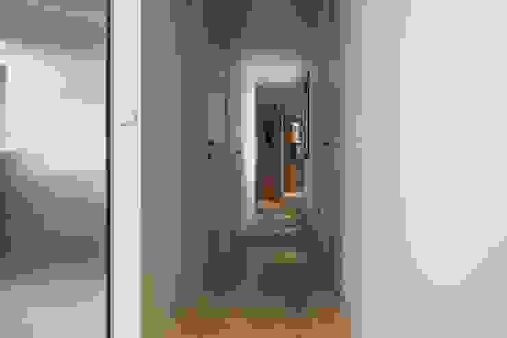 Pasillos, vestíbulos y escaleras modernos de Goian Moderno