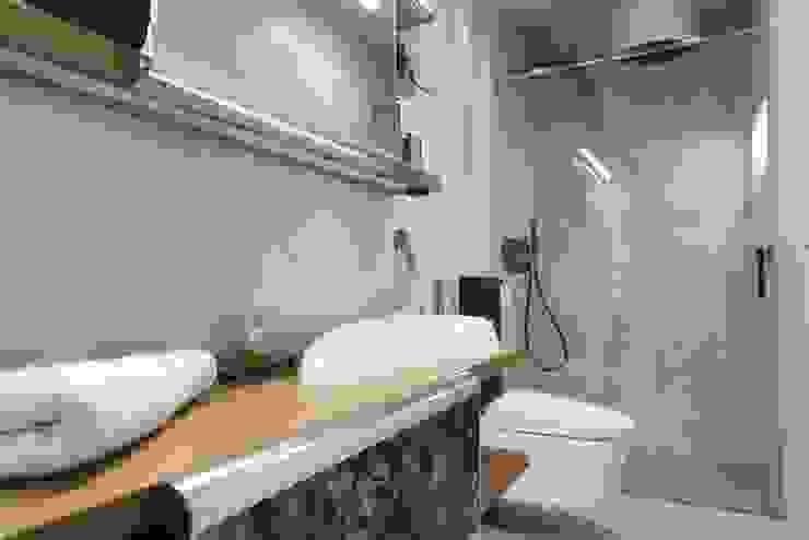 Baños de estilo moderno de Goian Moderno