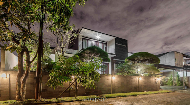 Tampak Depan Rumah Modern Oleh INTERIORES - Interior Consultant & Build Modern
