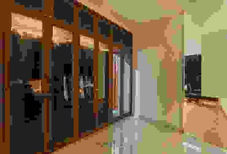 Kamar 3 - Lemari Pakaian:  Ruang Ganti by INTERIORES - Interior Consultant & Build