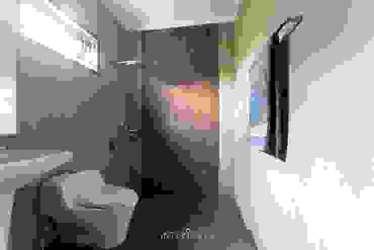 Kamar Mandi Utama:  Kamar Mandi by INTERIORES - Interior Consultant & Build
