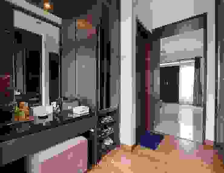Walk-in Closet Kamar Utama Ruang Ganti Modern Oleh INTERIORES - Interior Consultant & Build Modern