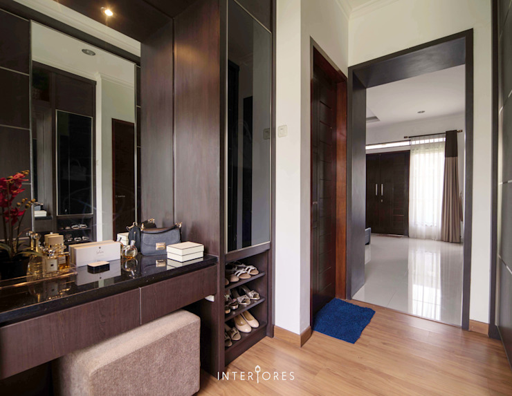 Walk-in Closet Kamar Utama:  Ruang Ganti by INTERIORES - Interior Consultant & Build
