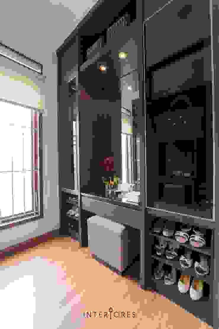 Meja Rias Kamar Utama Ruang Ganti Modern Oleh INTERIORES - Interior Consultant & Build Modern