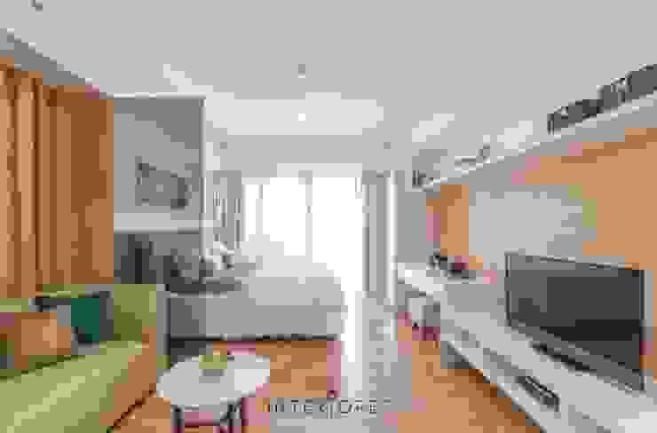 Living Area Ruang Keluarga Minimalis Oleh INTERIORES - Interior Consultant & Build Minimalis