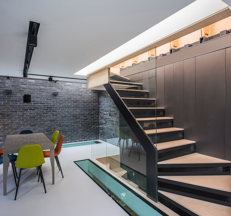 Purpose designed open riser staircase by The Crawford Partnership 모던