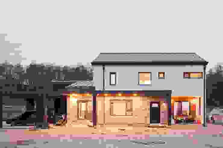 벽돌 장식된 외관 모던스타일 주택 by 위드하임 모던