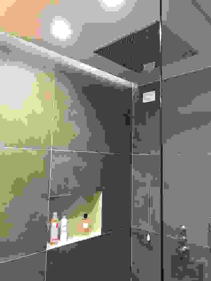 Bagno in suite Bagno moderno di Cozzi Arch. Mauro Moderno