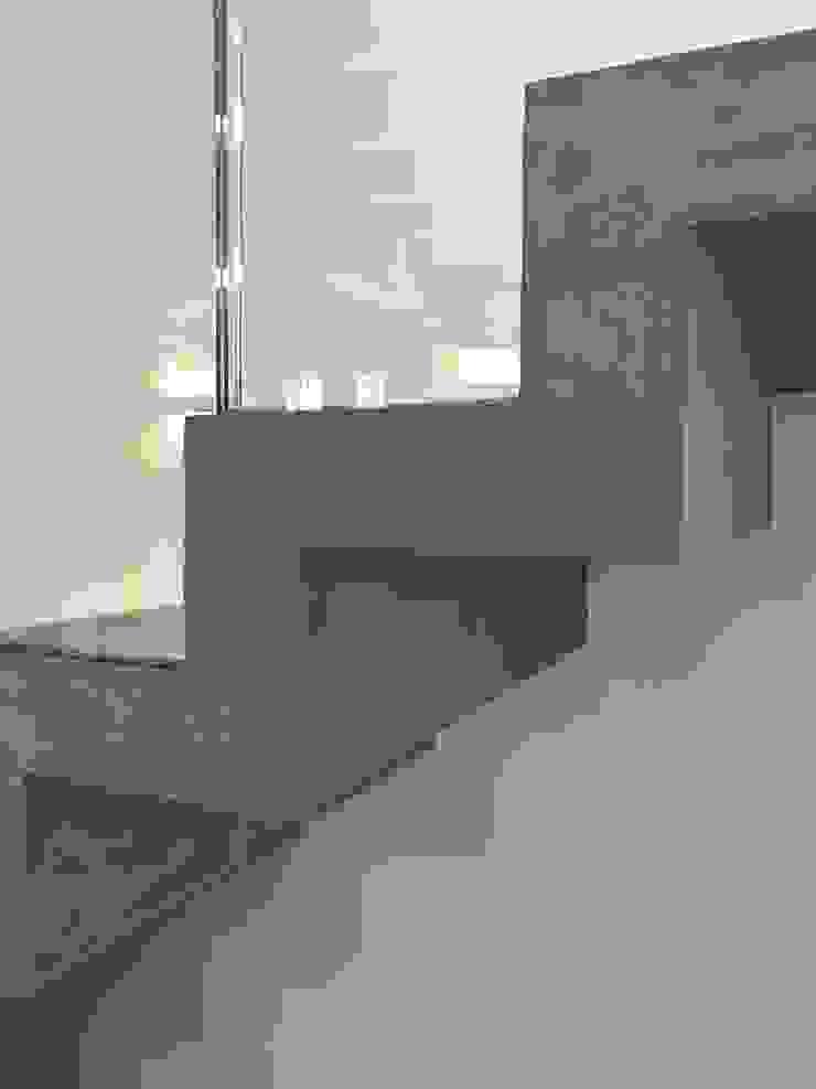 Scala in muratura rivestita in microcemento di Cozzi Arch. Mauro Moderno