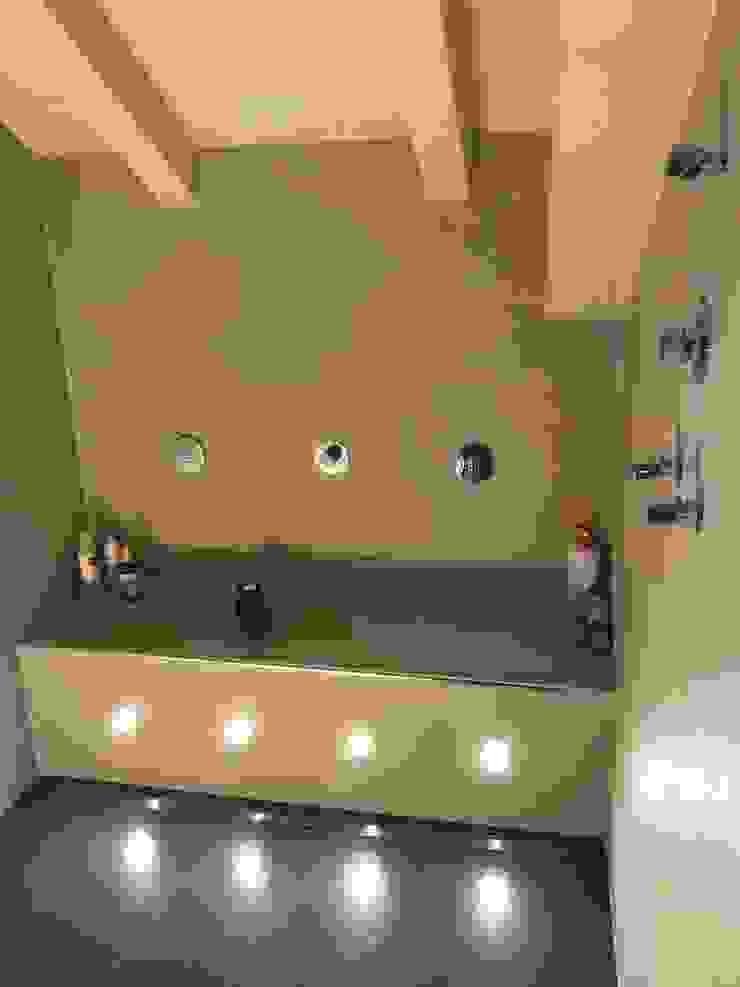 Doccia con idrogetti ed illuminazione a led Spa moderna di Cozzi Arch. Mauro Moderno