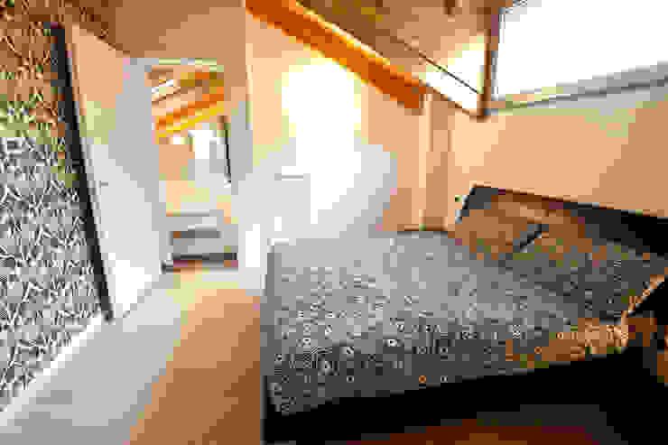 La mansarda di Stefano e Valentina Camera da letto moderna di Annalisa Carli Moderno Legno Effetto legno