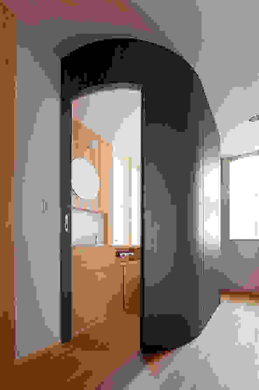 小笠原建築研究室 Modern style doors Plywood