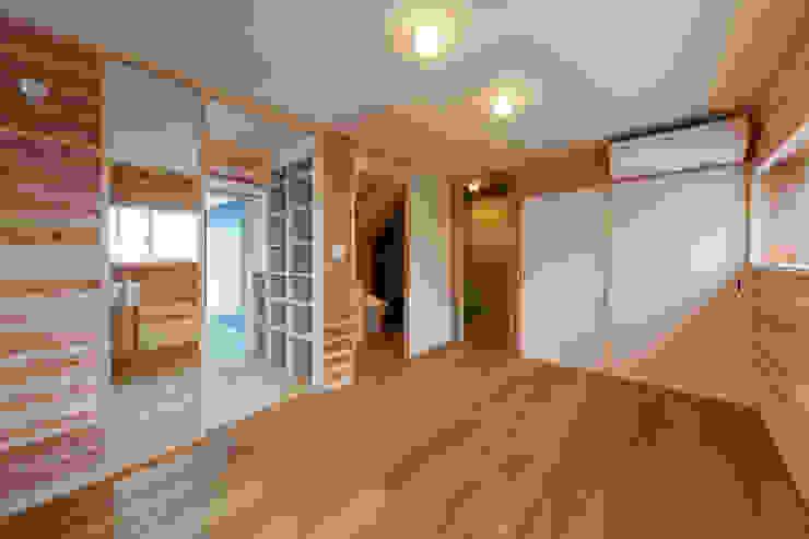 小笠原建築研究室 Modern style bedroom Solid Wood