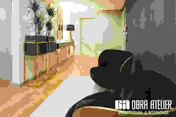 OBRA ATELIER - Arquitetura & Interiores Pasillos, vestíbulos y escaleras de estilo moderno Ámbar/Dorado