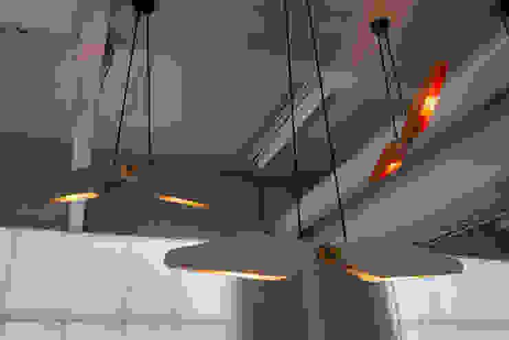 Manu tijdens introductie Dutch Design Week locatie Piet Hein Eek: modern  door Studio Erwin Zwiers, Modern