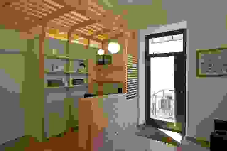 Bancone reception di Daniele Arcomano Moderno Legno Effetto legno