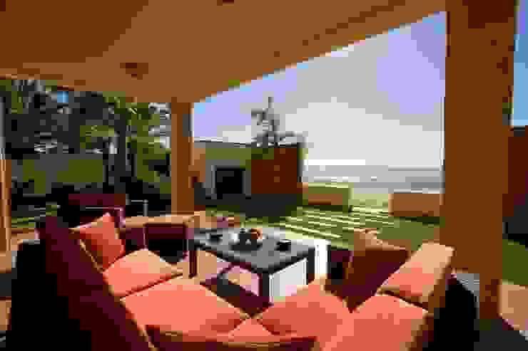 Porche con jardín en primera línea de playa frente al Mar Mediterráneo GM architecture solutions Balcones y terrazas mediterráneos Piedra Naranja