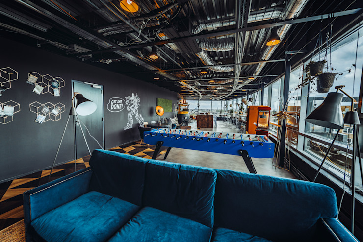Glass windows, industrial design ceilings and a blue velvet couch: modern  von Ivy's Design - Interior Designer aus Berlin,Modern Textil Bernstein/Gold