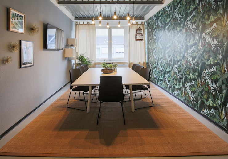 Meeting room - Welcome to the Jungle- jungle wallpaper Ivy's Design - Interior Designer aus Berlin Ausgefallene Arbeitszimmer Holz-Kunststoff-Verbund Grün
