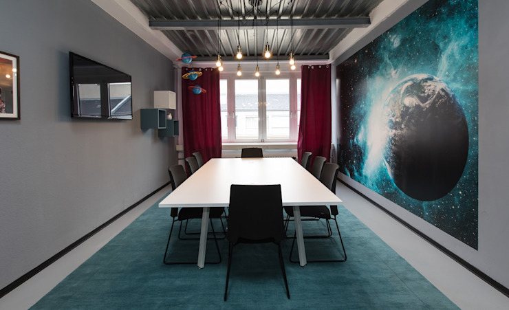 Meeting room - Shoot for the Moon, with turquoise wallpapers Moderne Wände & Böden von Ivy's Design - Interior Designer aus Berlin Modern Beton