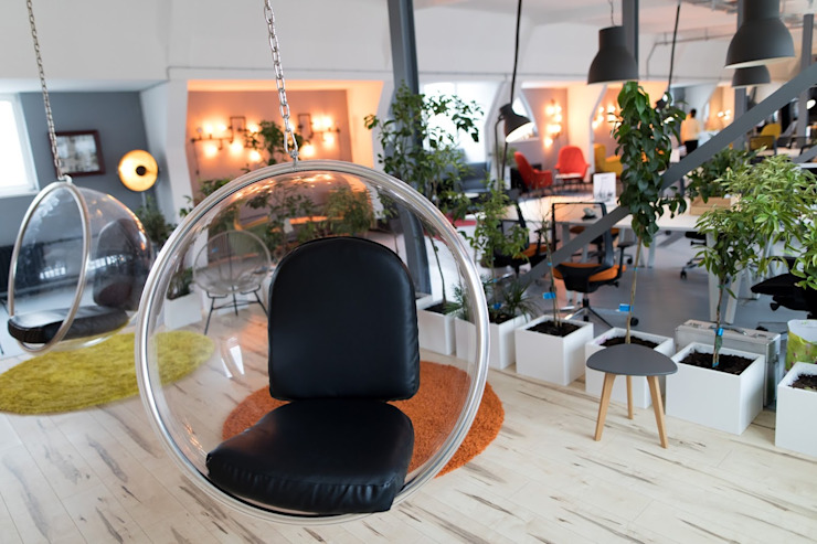 Hanging transparent bubble chairs Moderner Wintergarten von Ivy's Design - Interior Designer aus Berlin Modern Plastik