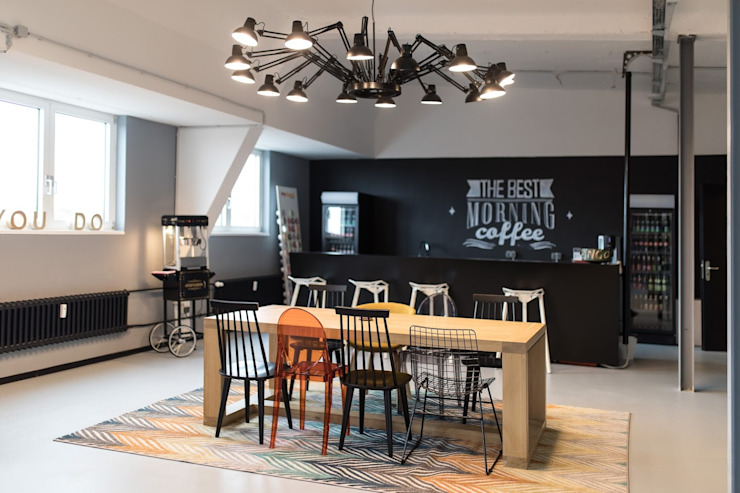 Kitchen and bar and a space age lamp: modern  von Ivy's Design - Interior Designer aus Berlin,Modern Holz-Kunststoff-Verbund